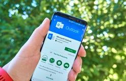 App móvel de Microsoft Outlook em Samsung s8 imagem de stock royalty free