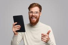 App maschio felice di valutazione del programmatore immagine stock