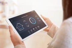 App moderno do controle da casa com relação lisa na exposição da tabuleta fotos de stock