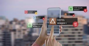 App przegląda lokacje w zwiększającej rzeczywistości z miastem zdjęcie royalty free