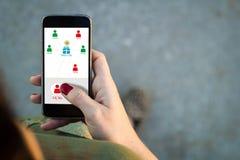App smartphone γυναικών περπατώντας φίλοι δαπανών Στοκ φωτογραφία με δικαίωμα ελεύθερης χρήσης