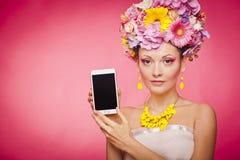 App Smartphone επίδειξη από τη γυναίκα στα λουλούδια Στοκ Εικόνες