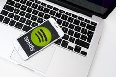App Spotify λογότυπο στην οθόνη smartphone Στοκ Εικόνες