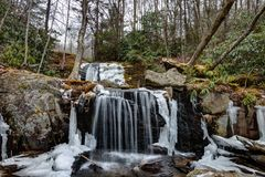 Appalachian vattenfall parkerar i Newland, North Carolina Royaltyfri Fotografi