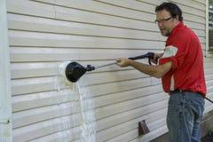 Appaltatore che usando una spazzola ad alta pressione per rimuovere le alghe e modellare Immagine Stock Libera da Diritti