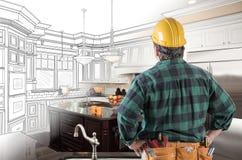 Appaltatore maschio nello sguardo della cinghia dello strumento e del casco alla cucina su ordinazione immagini stock