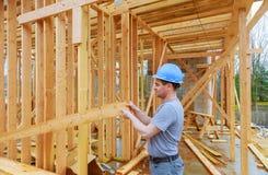 Appaltatori di costruzione che sviluppano nuova casa fotografia stock libera da diritti