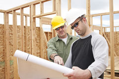 Appaltatori di costruzione che sviluppano una nuova casa