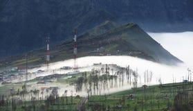 Appanni circolare sul villaggio di Cemoro Lawang di mattina situato a nordest del Mt Bromo, Indonesia Immagini Stock
