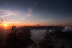 Appanni librarsi verso il vulcano attivo Bromo di mattina durante l'alba arancio, al parco nazionale di Tengger Semeru Immagine Stock
