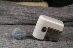 Apparaat en verzameld pluksel Het verwijderen van pluksel het pilling uit de sweater royalty-vrije stock foto