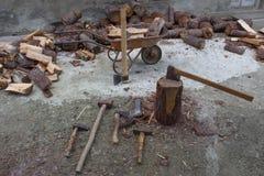 Apparaat om bomen te hakken Het voorbereiden van brandhout Hakkend hout voor brandstof stock foto's
