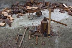 Apparaat om bomen te hakken Het voorbereiden van brandhout Hakkend hout voor brandstof stock afbeelding