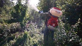 Apparaat om installaties in de tuin te bespuiten Details en close-up stock footage