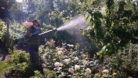 Apparaat om installaties in de tuin te bespuiten Details en close-up stock videobeelden