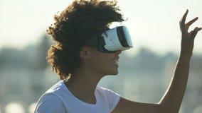 Apparat för exponeringsglas för virtuell verklighet för ung afro--amerikan dam bärande digital utomhus lager videofilmer