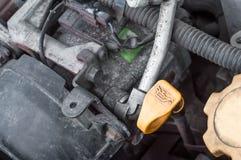 Apparatdelarna av bilmotorn i motorrummet royaltyfri foto