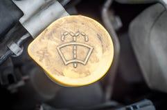 Apparatdelarna av bilmotorn i motorrummet royaltyfria foton