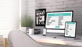 Apparaten met een verzoeksvorm op het scherm op een werkplaatsmodel Stock Foto's
