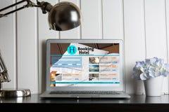 Apparaten met ontvankelijke het boeken ruimtewebsite Stock Foto's