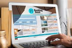 Apparaten met ontvankelijke het boeken ruimtewebsite Stock Afbeelding