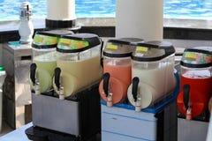 Apparaten om complexe cocktails te koelen en te mengen stock afbeeldingen
