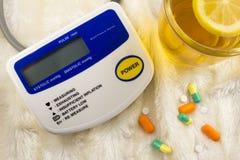 Apparaten om druk, tablettenthee met citroenapparaten te meten stock fotografie