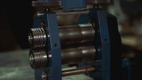 Apparaten om gebeëindigde goederen in de workshop op te poetsen stock footage