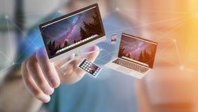 Apparater gillar smartphonen, minnestavlan eller datoren som flyger över connecti Arkivfoton