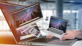 Apparater gillar smartphonen, minnestavlan eller datoren som flyger över connecti Royaltyfri Fotografi
