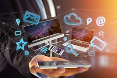 Apparater gillar smartphonen, minnestavlan eller datoren som flyger över connecti Royaltyfria Foton