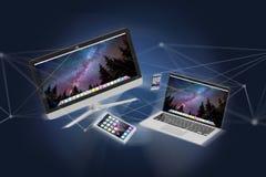 Apparater gillar smartphonen, minnestavlan eller datoren som flyger över connecti Arkivbild