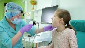 Apparatur för behandling av angina, behandling av för barn` s för kroniska sjukdomar kliniken, sjukgymnastik i sjukhuset, sjuk un arkivfilmer