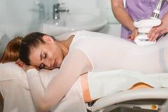 Apparaturcosmetology för en kroppmassage Arkivbild