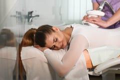 Apparaturcosmetology för en kroppmassage Arkivfoto