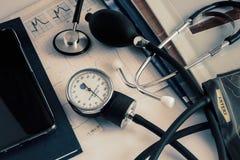 Apparecchi medici: uno stetoscopio per auscultazione dei pazienti e dell'apparato per la misurazione della pressione sanguigna immagine stock