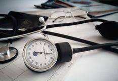 Apparecchi medici: uno stetoscopio per auscultazione dei pazienti e dell'apparato per la misurazione della pressione sanguigna fotografie stock libere da diritti