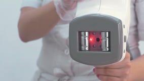 Apparecchiatura del manipolo per il massaggio di GPL sulle mani dell'estetista Vista del primo piano video d archivio