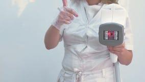 Apparecchiatura del manipolo per il massaggio di GPL sulle mani dell'estetista Vista del primo piano stock footage