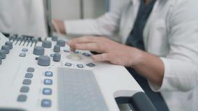 Apparecchiatura del primo piano per ricerca di ultrasuono mentre il phlebologist lavora  stock footage