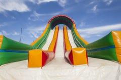Apparecchiatura dello scivolo gonfiabile del campo da giuoco di colori Fotografie Stock