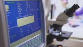 Apparecchiatura di analisi del sangue nel laboratorio medico stock footage