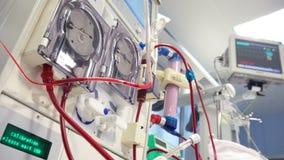 Apparecchio medico di dialisi che esegue procedura stock footage