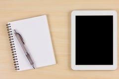 Appareil électronique avec le livre et stylo sur la table en bois Photo stock