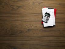 Appareil de bureau en bois avec la calculatrice Photo stock