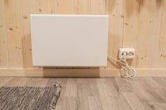Appareil de chauffage embrochable au mur de maison en hiver photographie stock