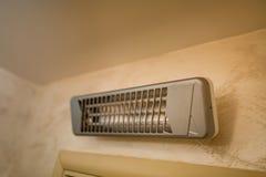 Appareil de chauffage infrarouge sur le mur dans la salle de bains Photo stock