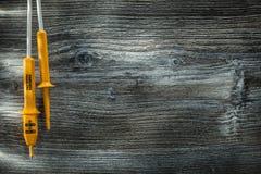 Appareil de contrôle électrique sur le panneau en bois de vintage image stock
