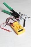 Appareil de contrôle de multimètre, pinces de presse et connecteurs RJ45 Image stock