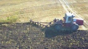 Appareil de photographie aérienne semblant le bas droit anding avec un tracteur plantant des pommes de terre dans un domaine clips vidéos